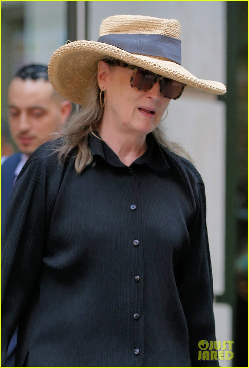 meryl streep arrives in nyc after attending venice film festival 024344793