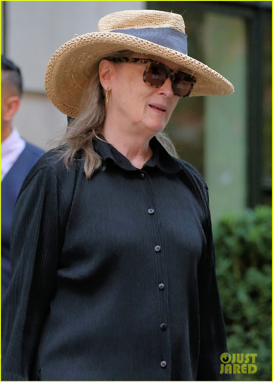 meryl streep arrives in nyc after attending venice film festival 044344795