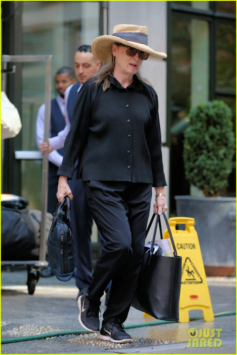 meryl streep arrives in nyc after attending venice film festival 054344796