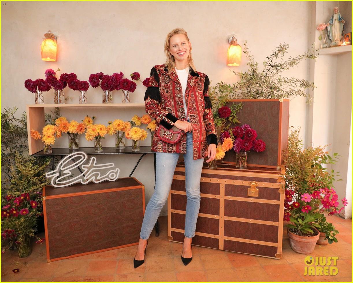 suki waterhouse emily ratajkowski sit front row proenza fashion show 114350780