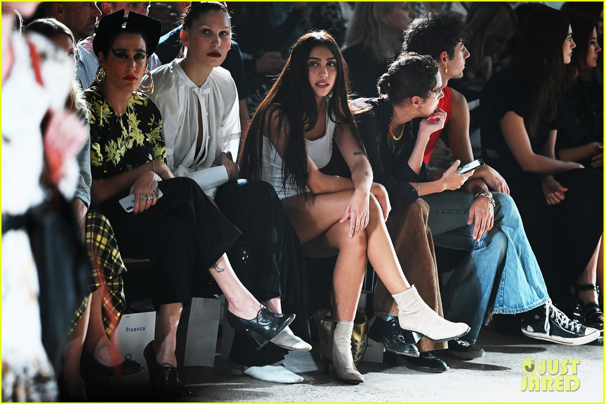 suki waterhouse emily ratajkowski sit front row proenza fashion show 124350781