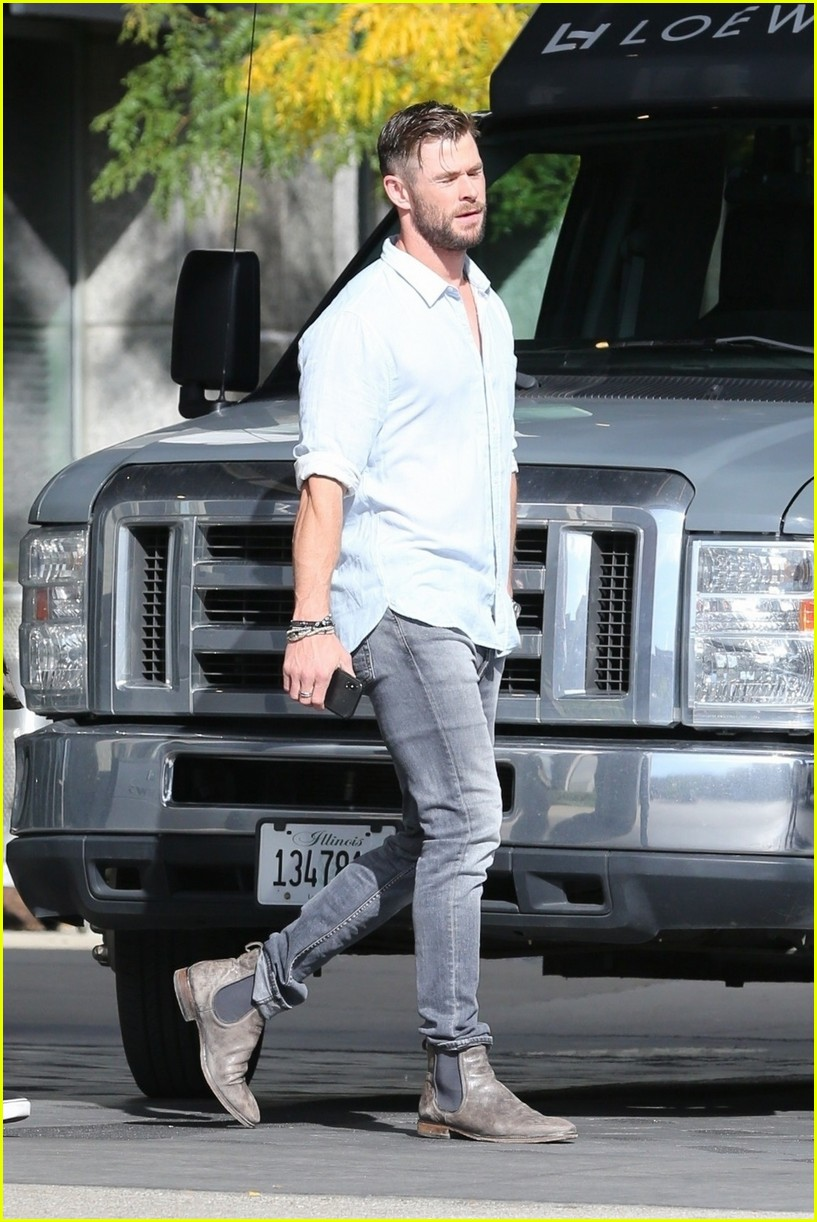 Chris Hemsworth Heads to Comic-Con 2019 Chicago: Photo ...