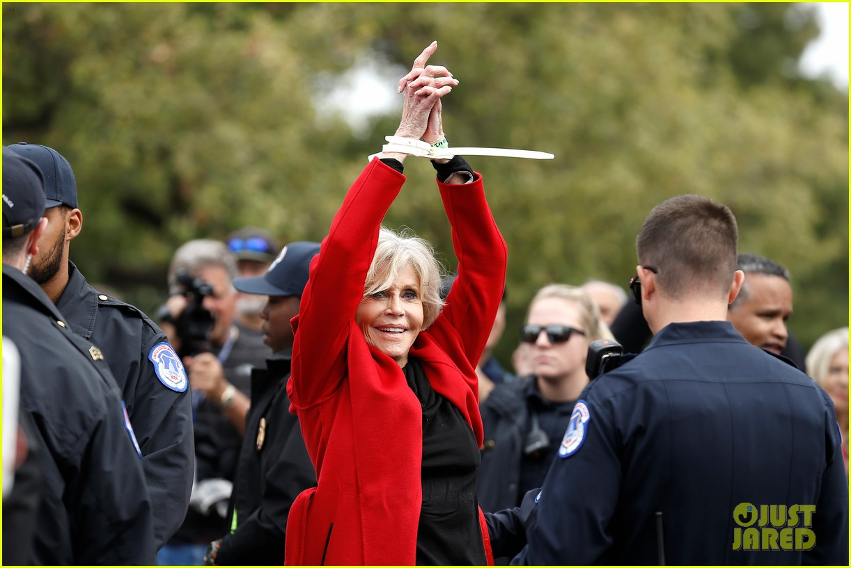 jane fonda accepts award while being arrested 014376910