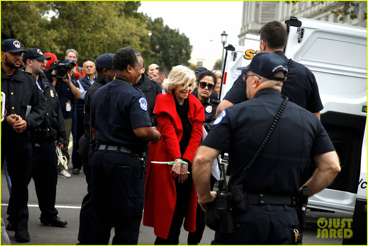 jane fonda accepts award while being arrested 054376914