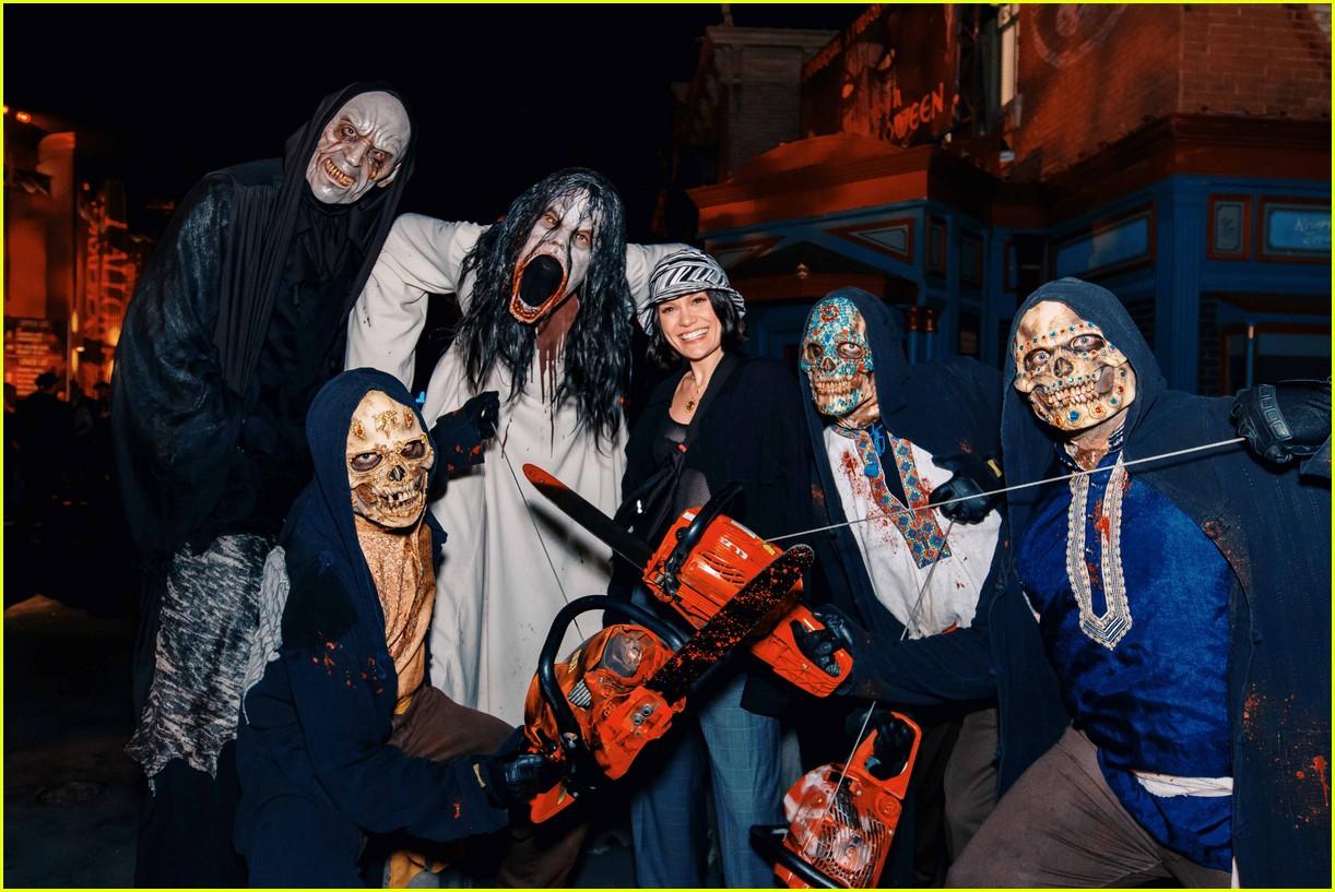 demi lovato billie eilish meet some bad guys at halloween horror nights 034378239