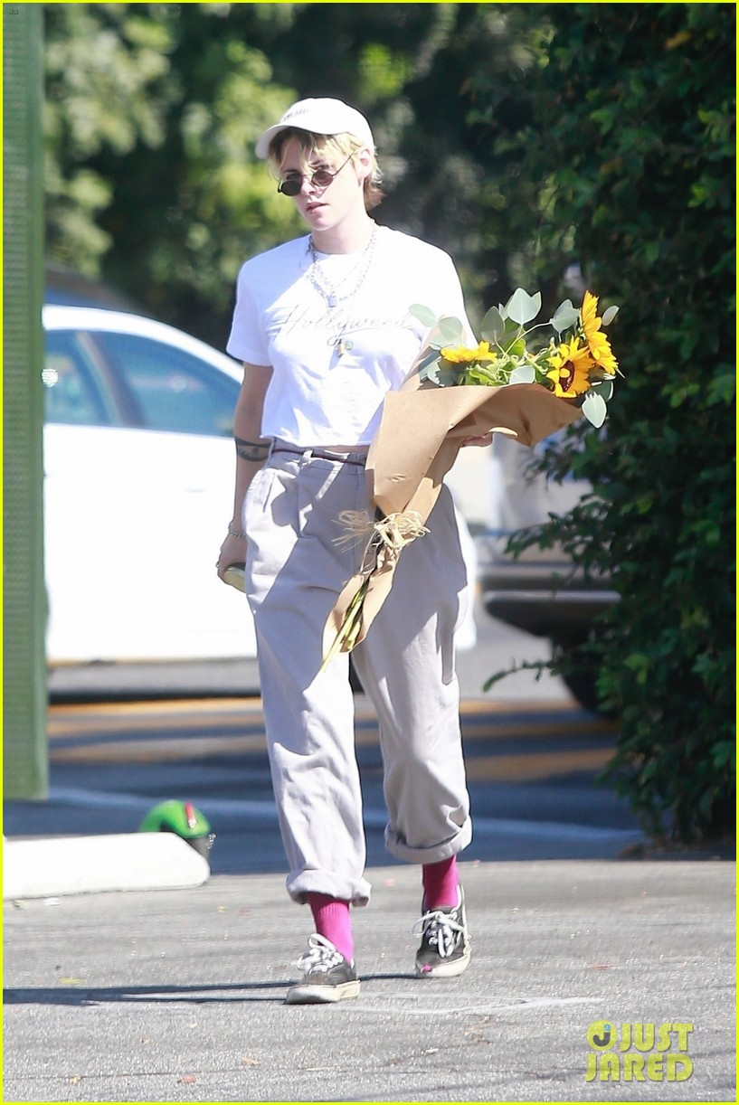 kristen stewart picks up a bouquet of sunflowers while out in la 014373728
