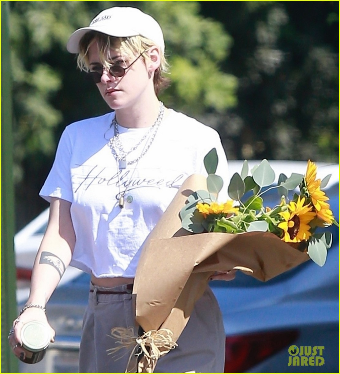 kristen stewart picks up a bouquet of sunflowers while out in la 034373730