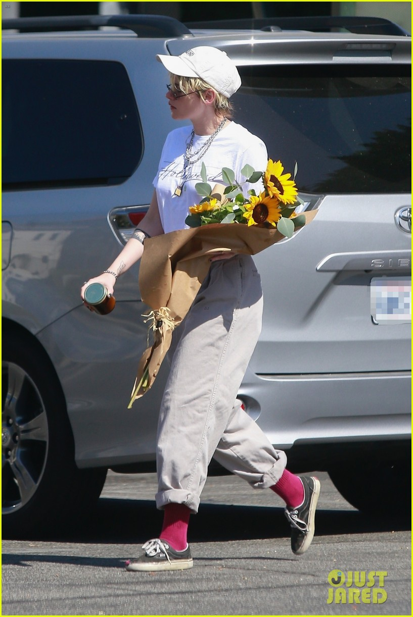 kristen stewart picks up a bouquet of sunflowers while out in la 044373731