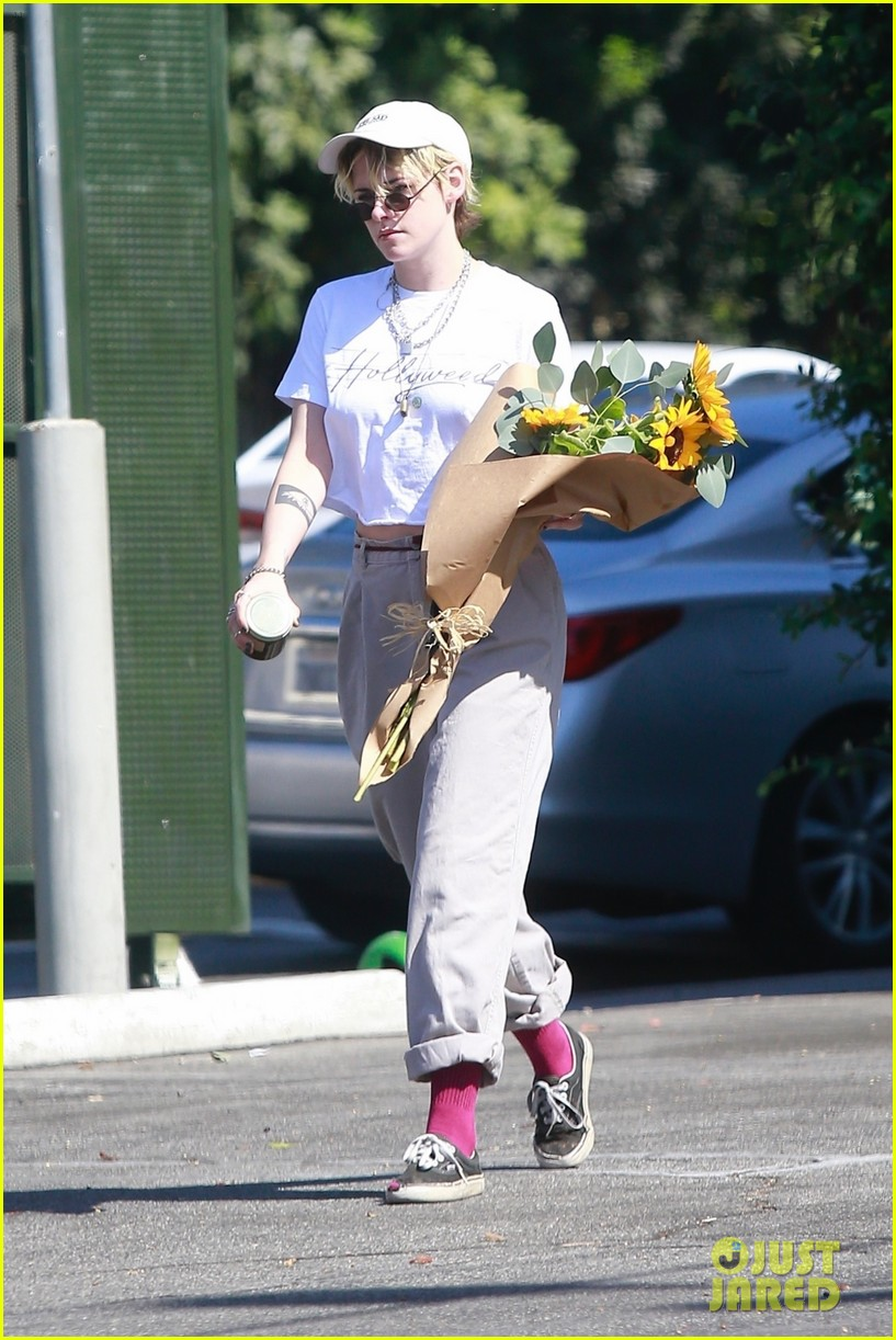 kristen stewart picks up a bouquet of sunflowers while out in la 054373732