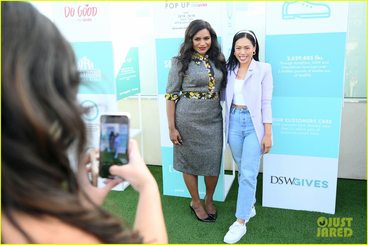 mindy kaling attends dsw gives do good pop up event 014384621