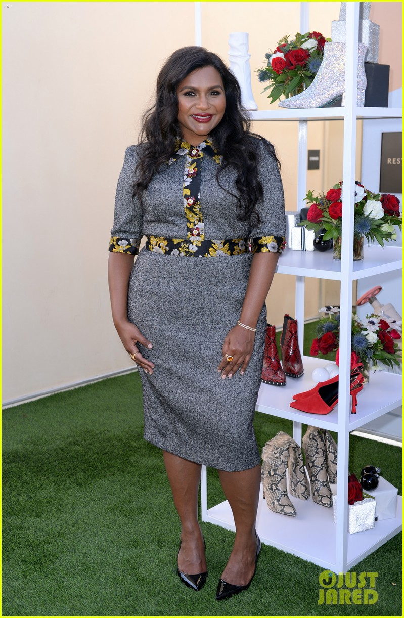 mindy kaling attends dsw gives do good pop up event 024384622
