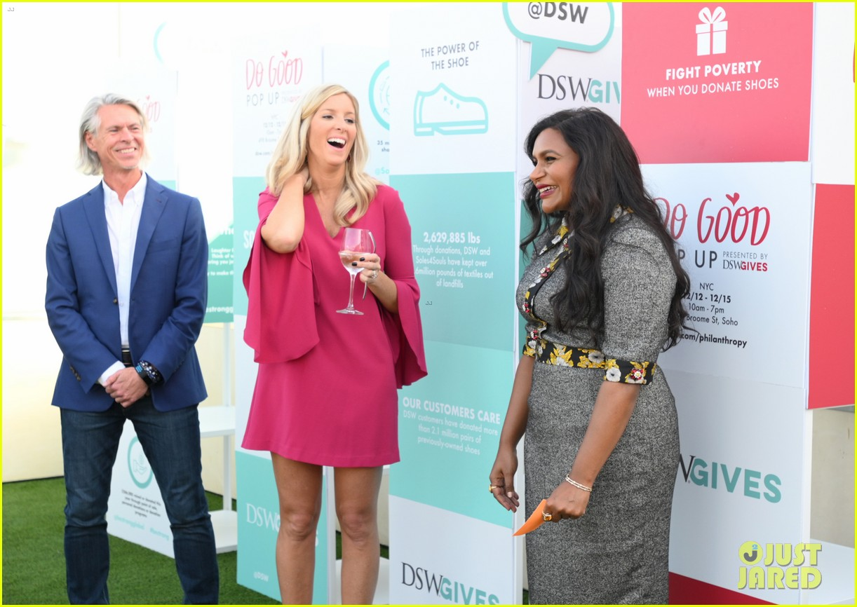 mindy kaling attends dsw gives do good pop up event 084384628