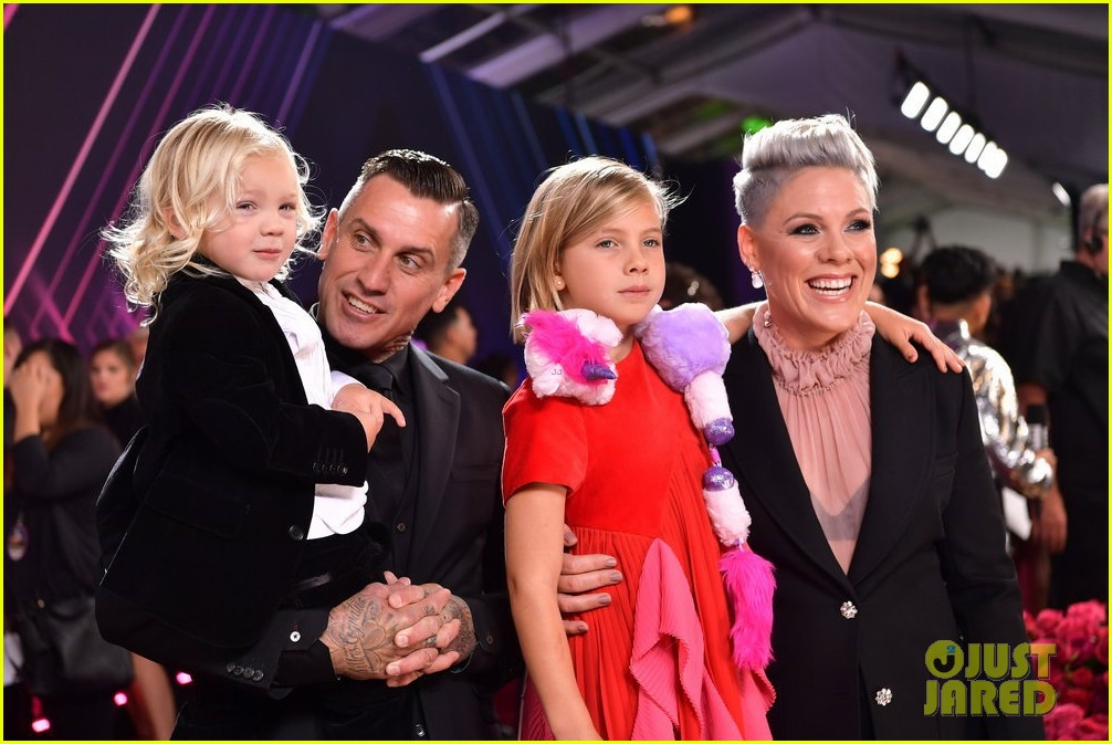 pink brings her kids willow jameson to peoples choice awards 024385860