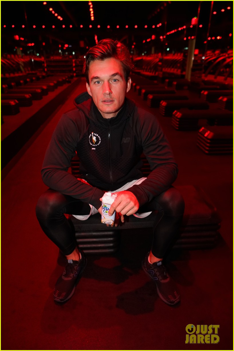 tyler cameron kicks off movember with barrys bootcamp 024380674