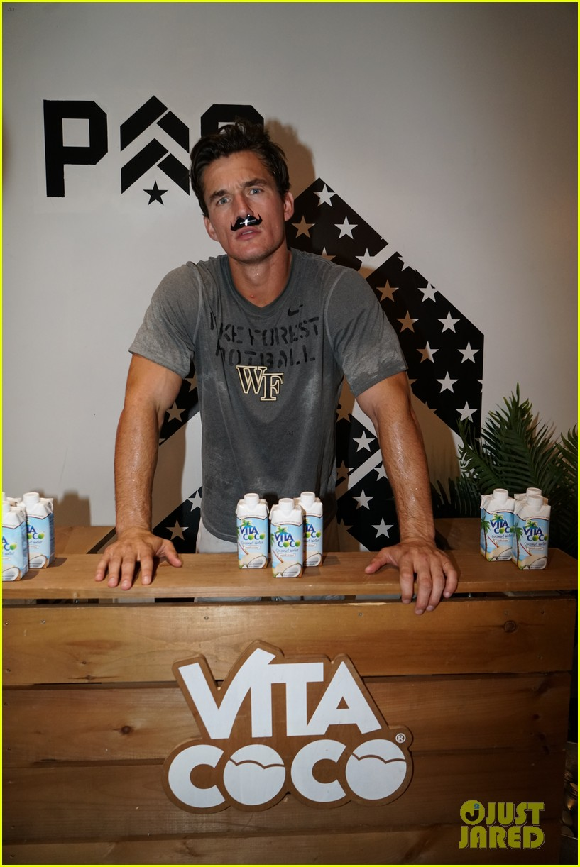 tyler cameron kicks off movember with barrys bootcamp 034380675