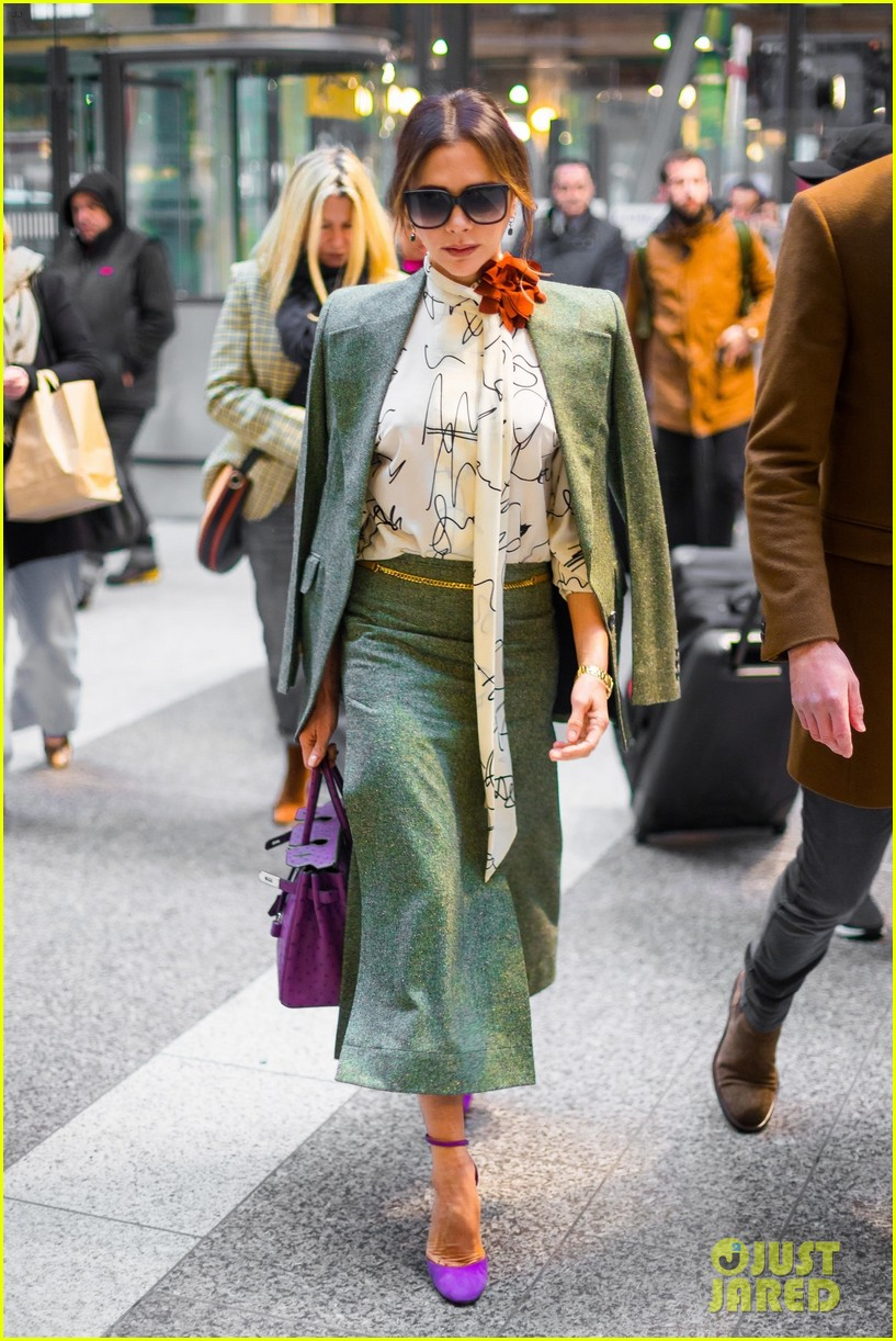 victoria beckham shows her style while catching a train 024389035
