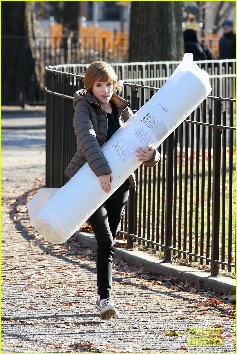 anna kendrick mattress xmas movie reason 014405752