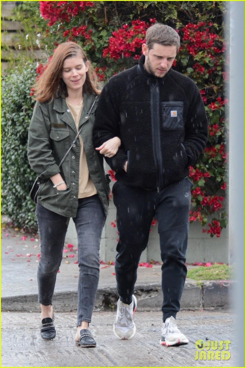 kate mara jamie bell couple up stroll in rainy la 014400335