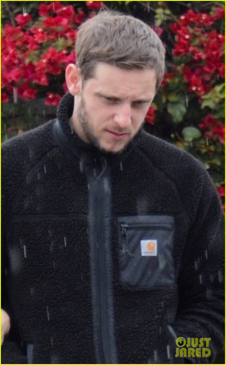 kate mara jamie bell couple up stroll in rainy la 044400338