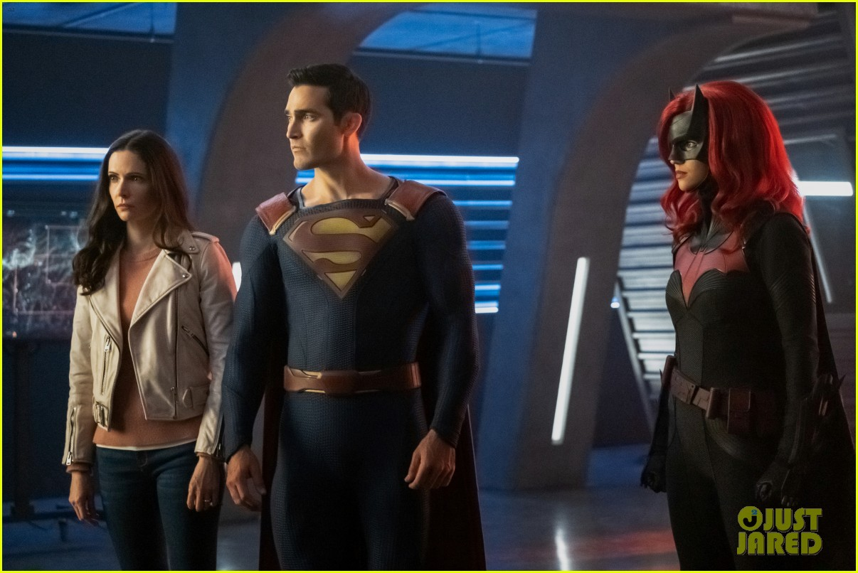 dc heroes unite to save each universe in crisis on infinite earths crossover starting tonight 084400051