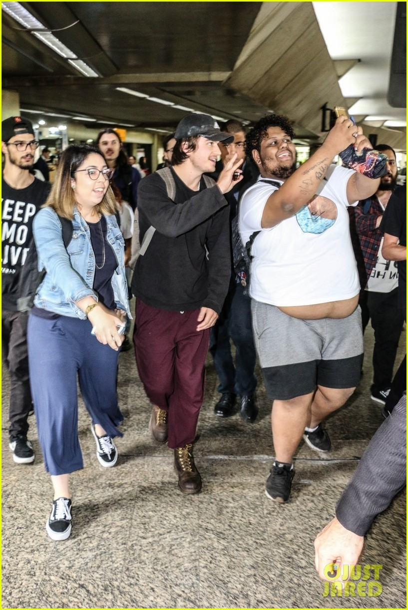 joe keery gets mobbed by fans upon brazil arrival 014399956