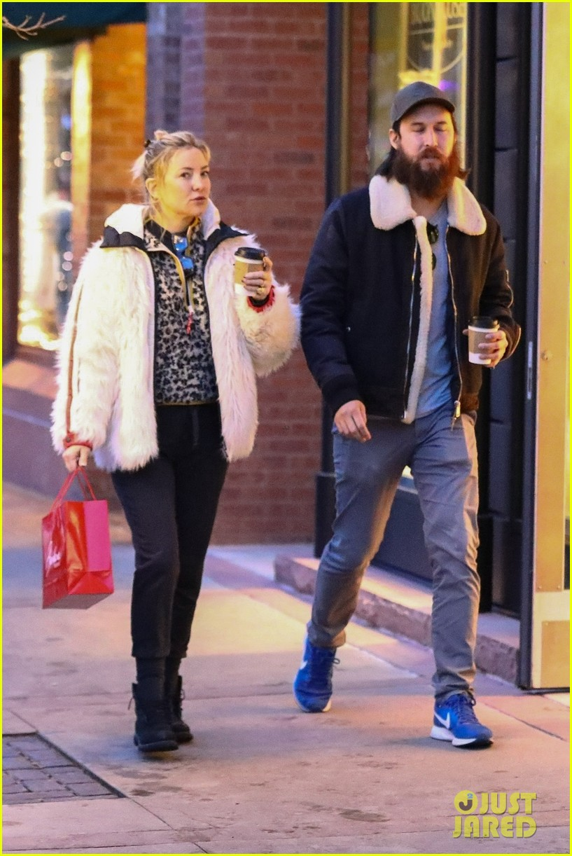 kate hudson danny couple up holiday shopping 014406456