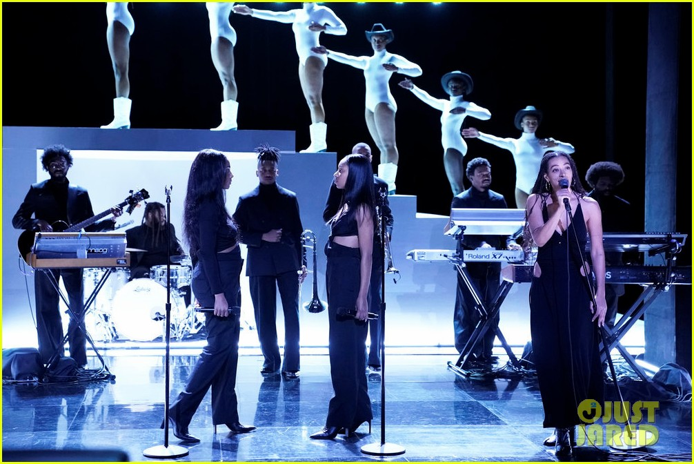solange performs when i get home medley on tonight show watch here 014397111