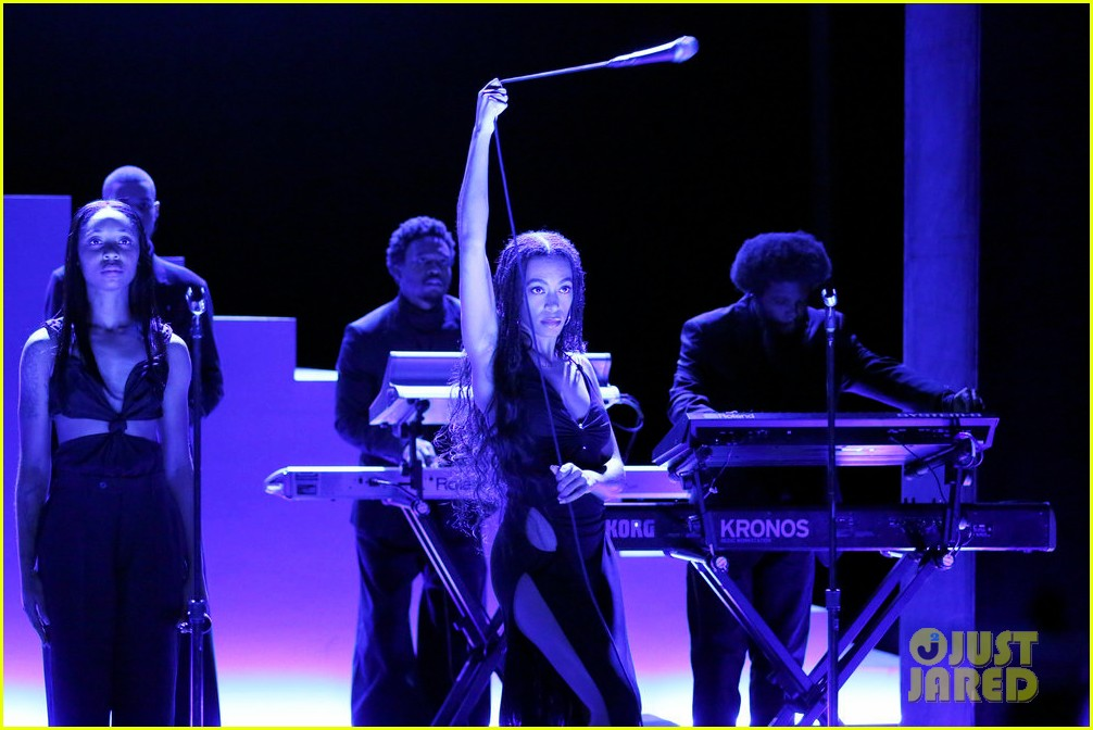 solange performs when i get home medley on tonight show watch here 024397112