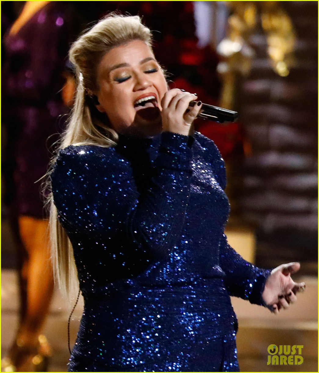 John Legend & Kelly Clarkson Perform Updated 'Baby It's Cold Outside' Remake for First Time ...