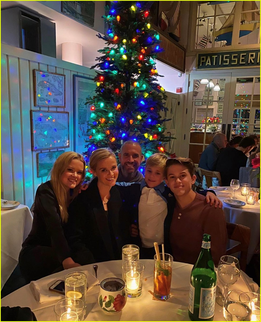 reese witherspoon family christmas photos 044406737