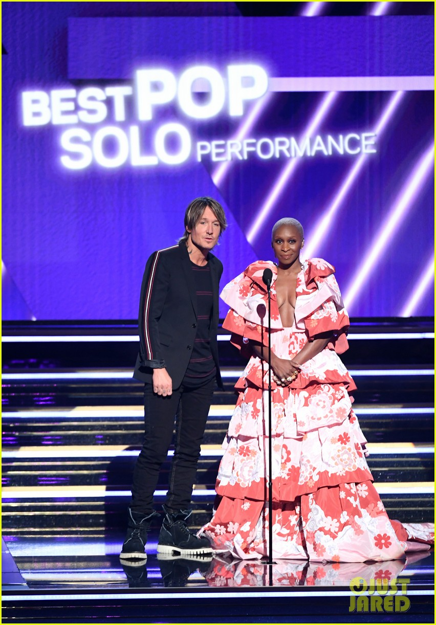cynthia erivo presents best pop solo performance with keith urban at grammys 2020 photo 4423532 2020 grammys cynthia erivo grammys keith urban pictures just jared just jared