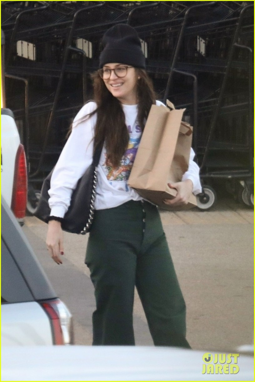 dakota johnson all smiles while grocery shopping 034415763