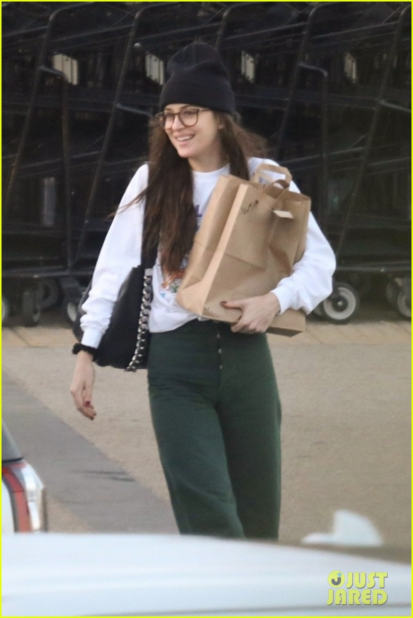 dakota johnson all smiles while grocery shopping 054415765