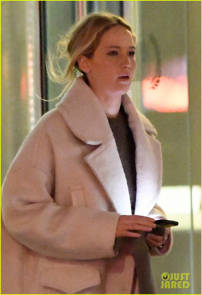 jennifer lawrence steps out for dinner with friends 024412607