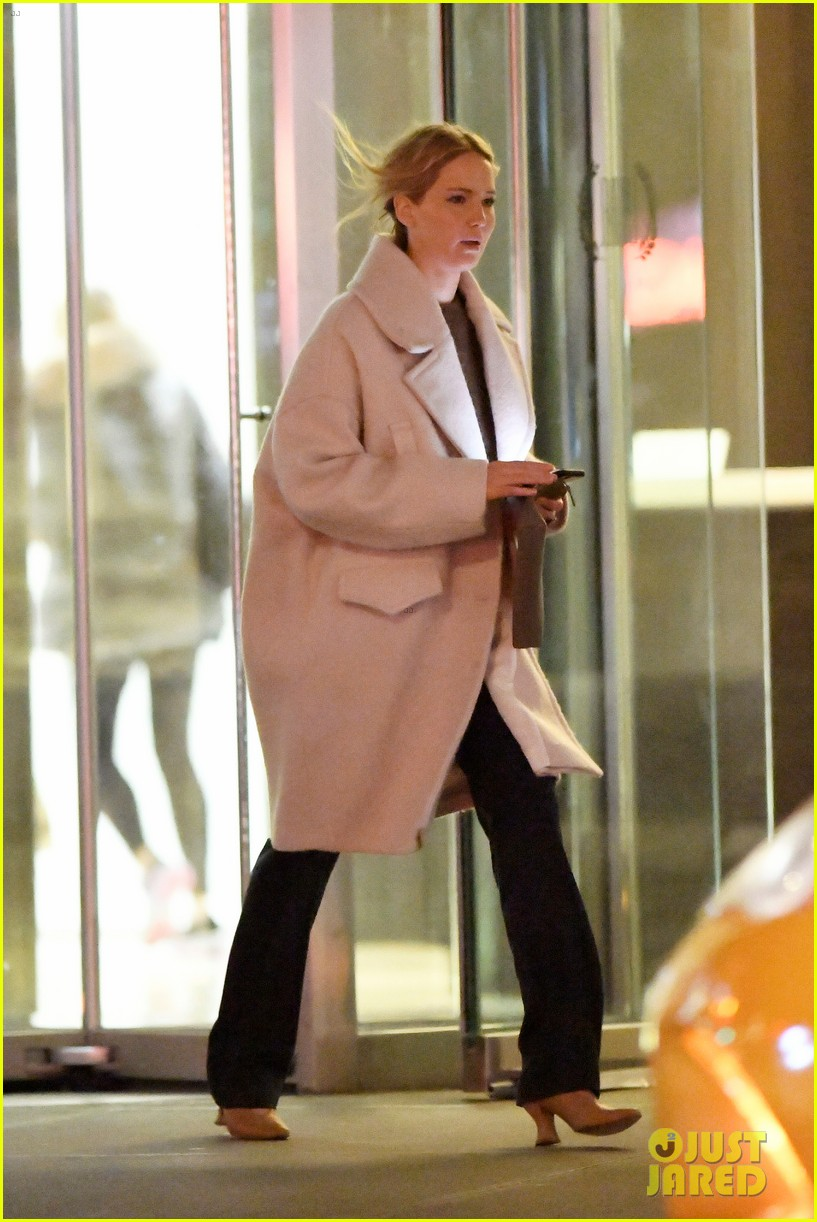 jennifer lawrence steps out for dinner with friends 054412610
