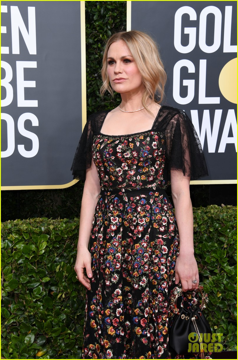 anna paquin floral look golden globes 2020 stephen moyer 104409950