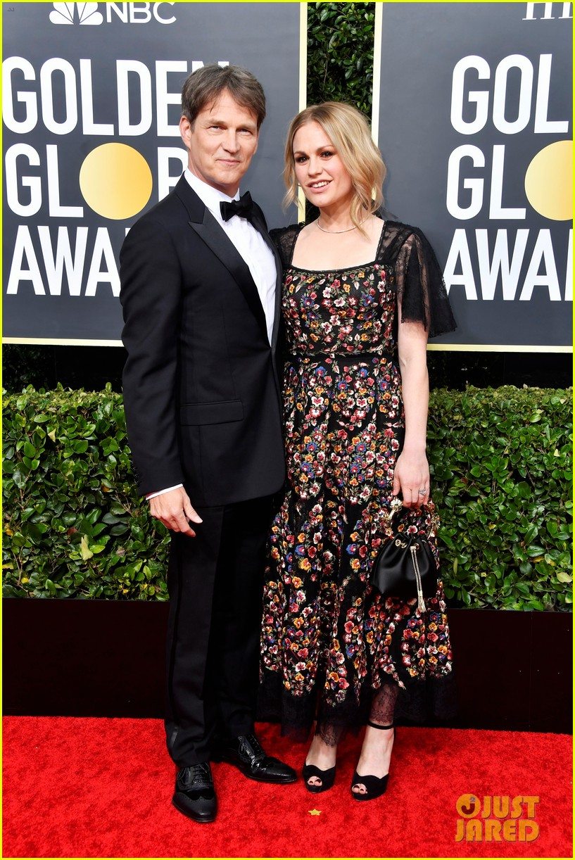anna paquin floral look golden globes 2020 stephen moyer 114409951