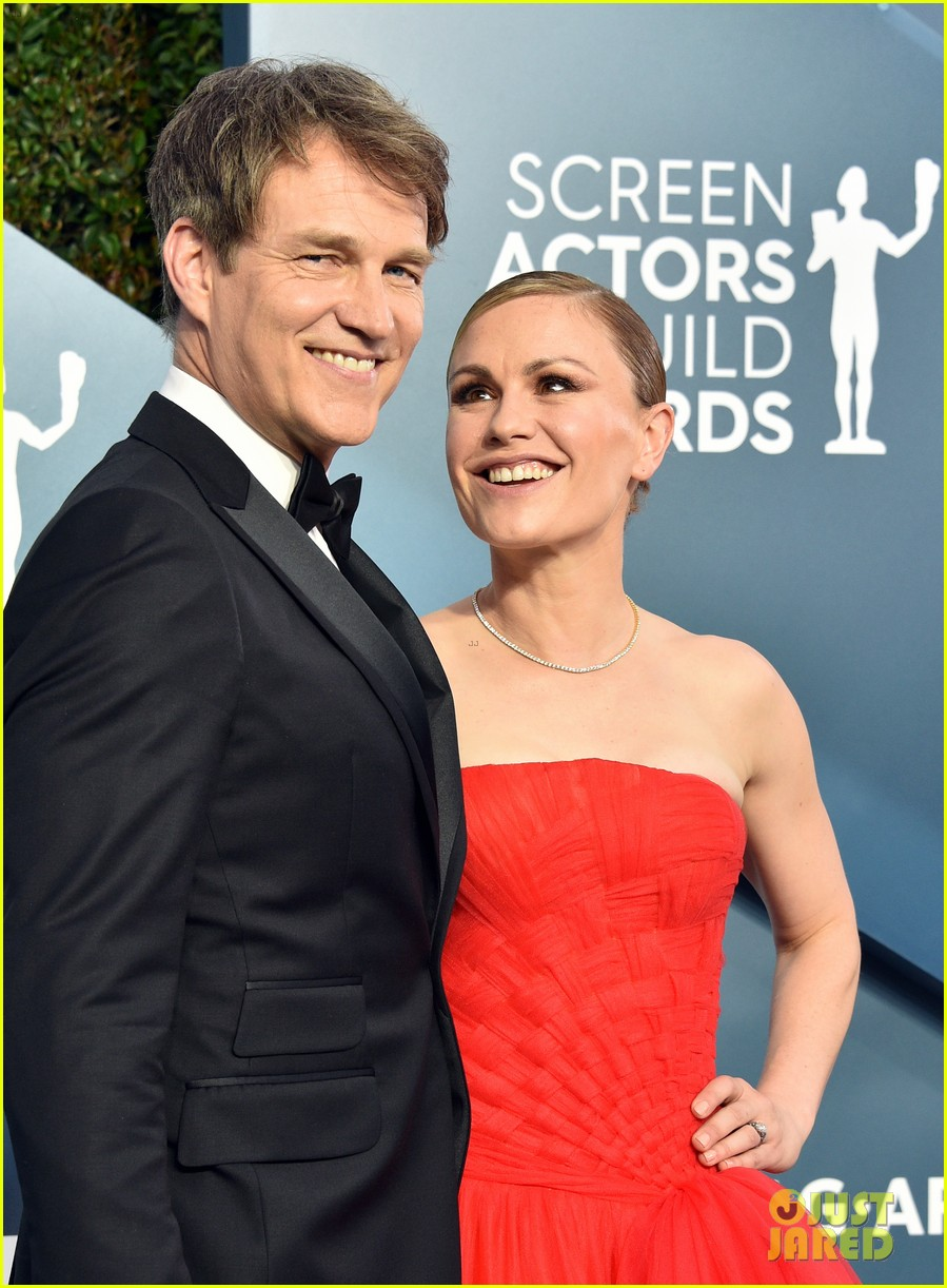 anna paquin ravishing red stephen moyer sag awards 2020 014418328