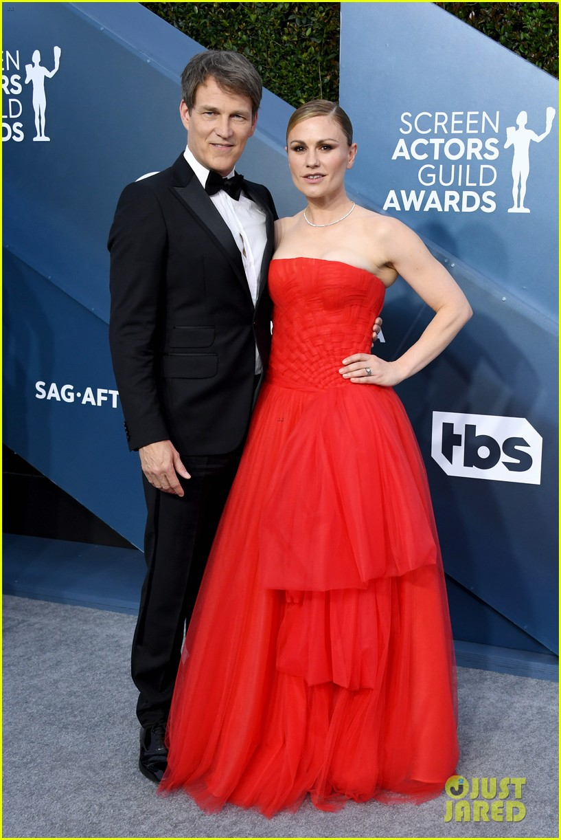 anna paquin ravishing red stephen moyer sag awards 2020 084418335