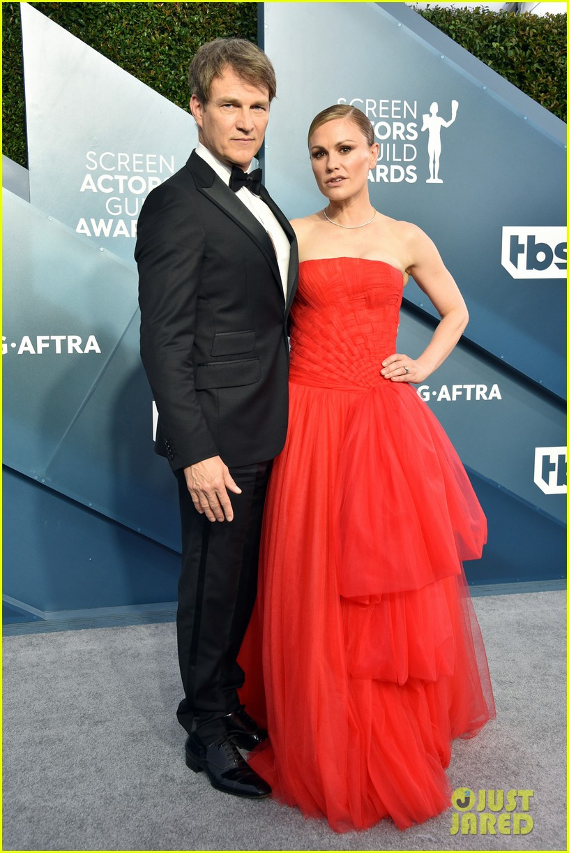 anna paquin ravishing red stephen moyer sag awards 2020 104418337
