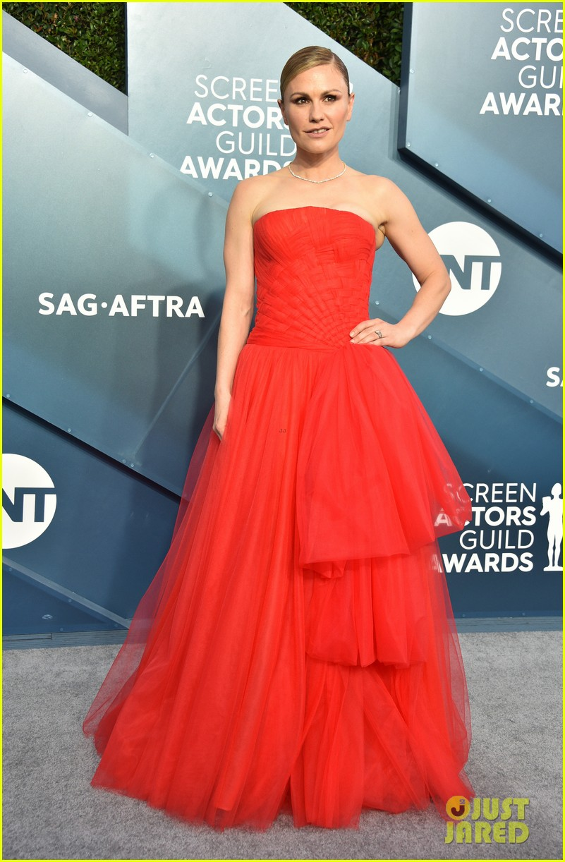 anna paquin ravishing red stephen moyer sag awards 2020 134418340