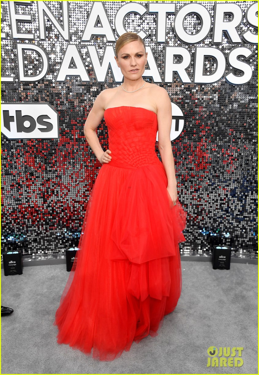 anna paquin ravishing red stephen moyer sag awards 2020 204418347