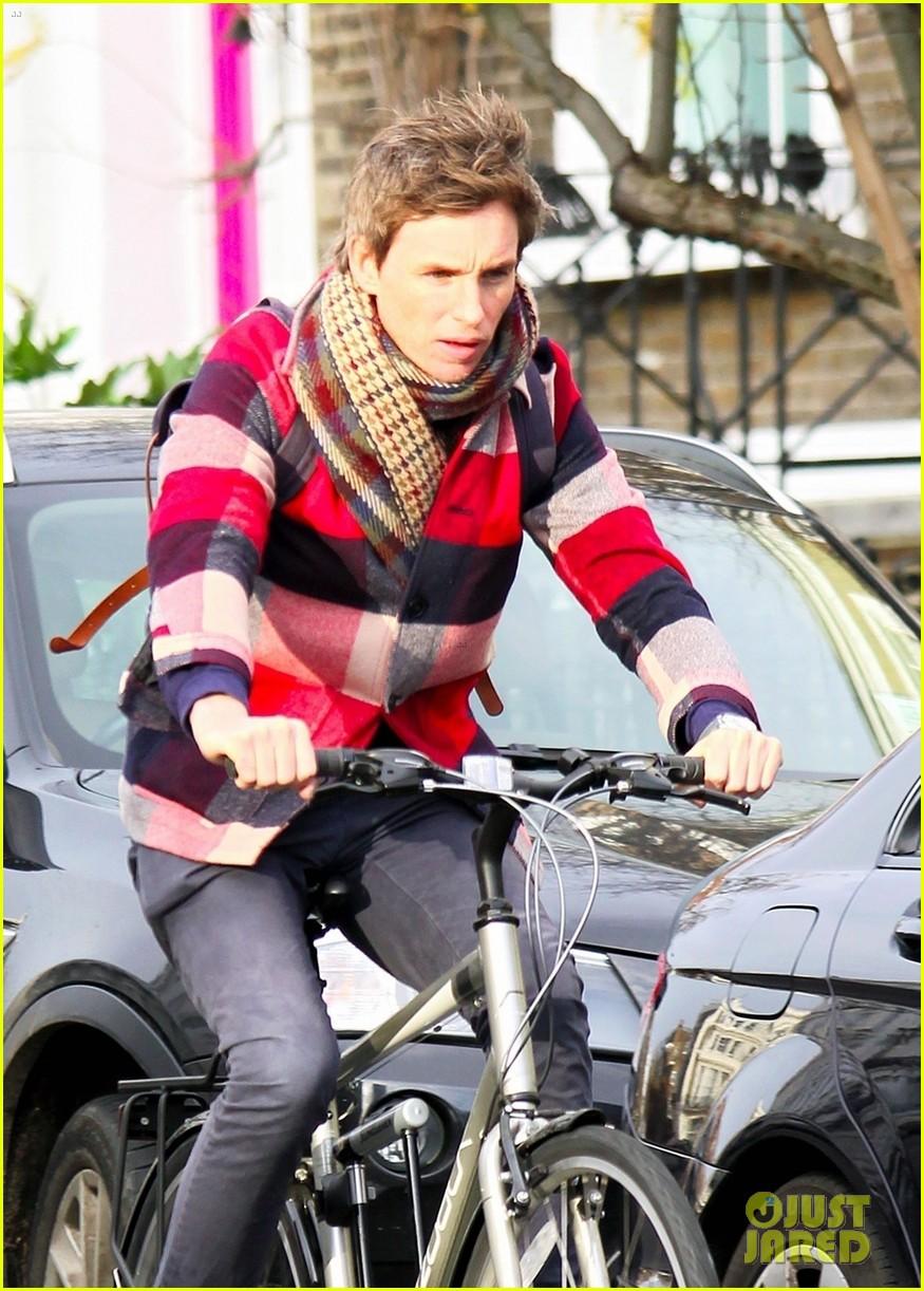 eddie redmayne flat tire while riding bike 034413503