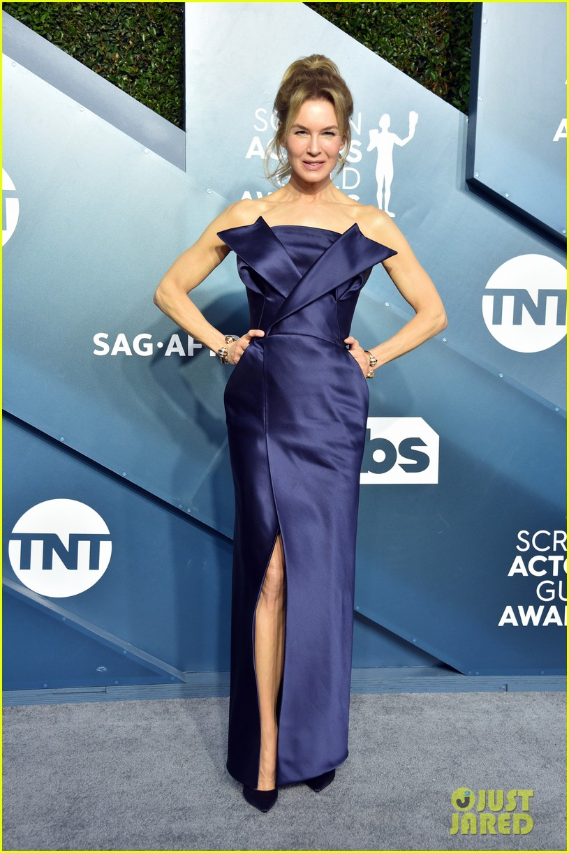 renee zellweger looks elegant dark blue sag awards 2020 054418431