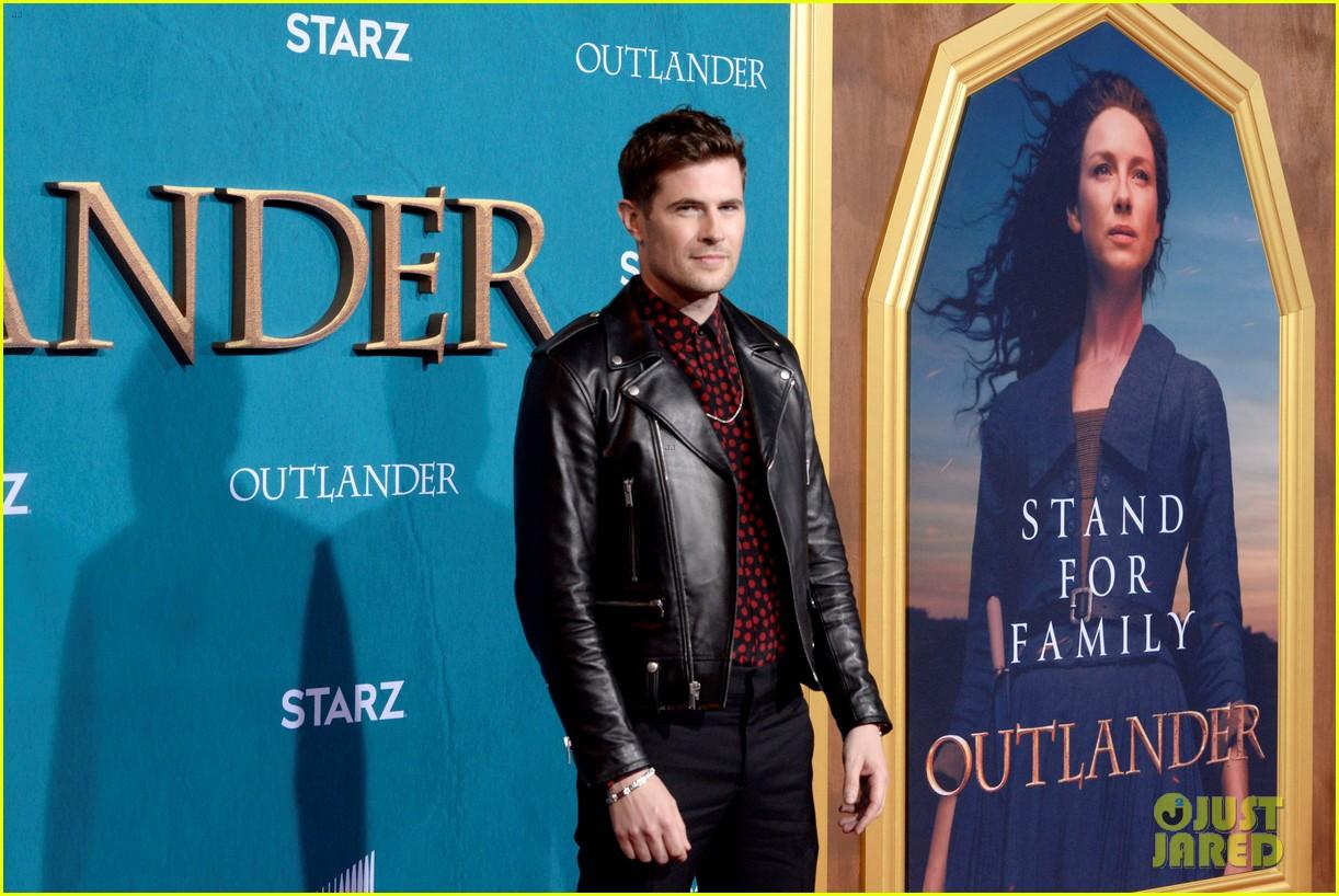 caitriona balfe sam heughan big outlander news at season 5 premiere 204437582