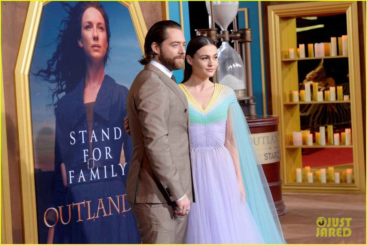 caitriona balfe sam heughan big outlander news at season 5 premiere 274437589