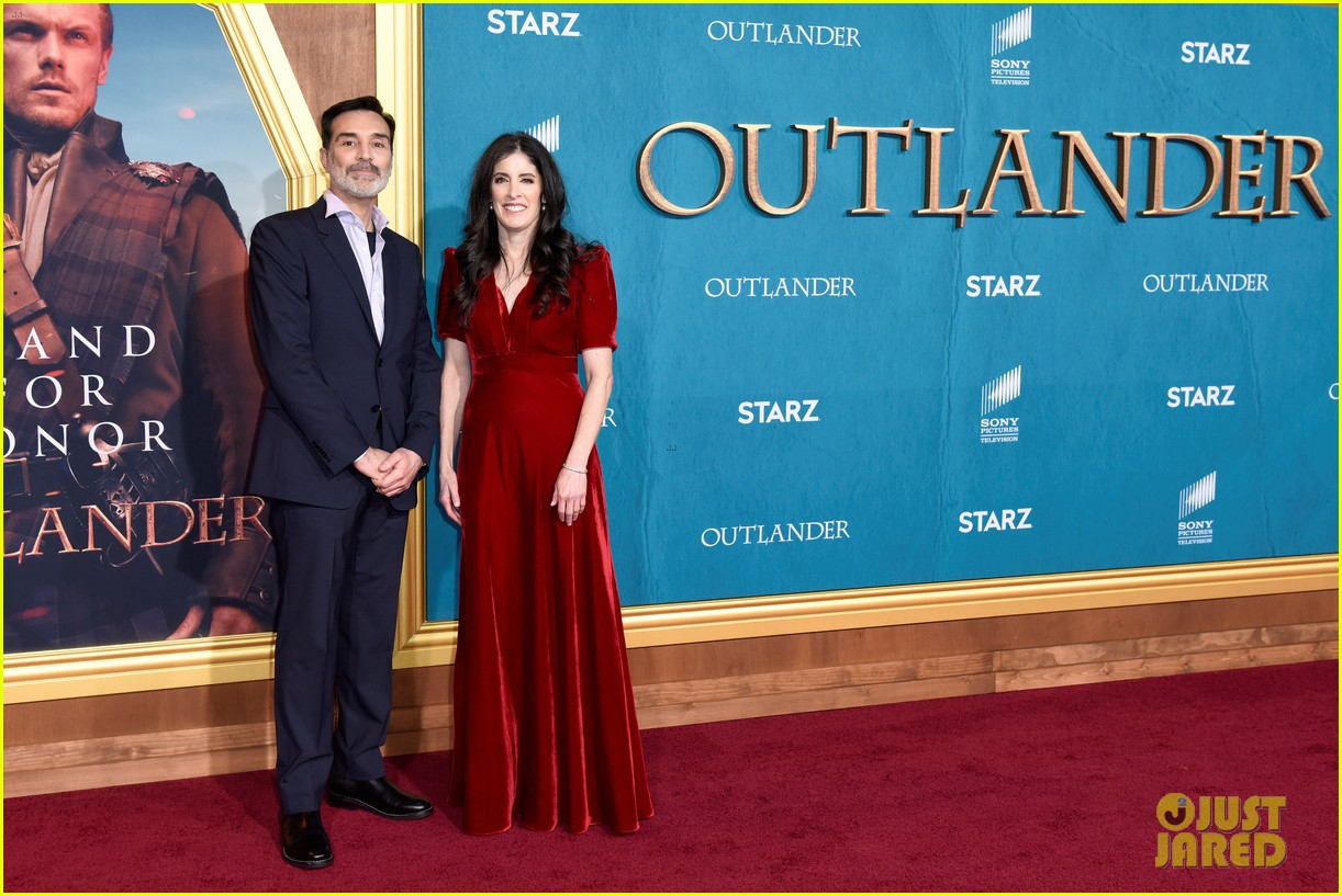 caitriona balfe sam heughan big outlander news at season 5 premiere 394437601