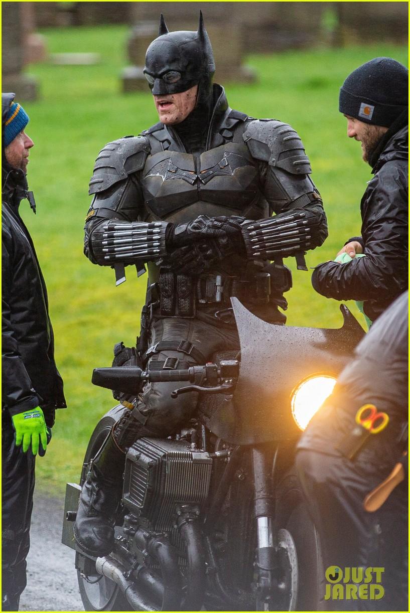 'The Batman' Set Photos Reveal Closer Look at New Batsuit ...