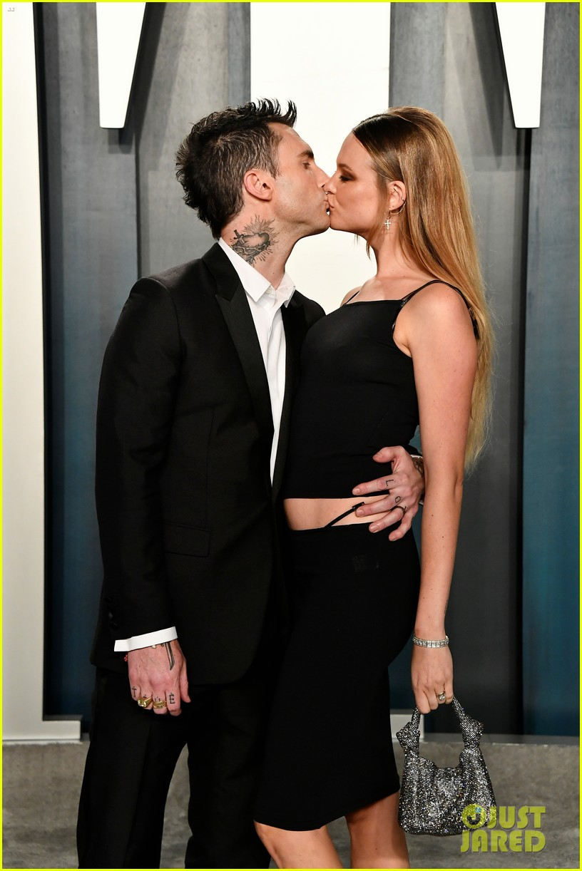 adam levine behati prinsloo vanity fair oscar party 024434999