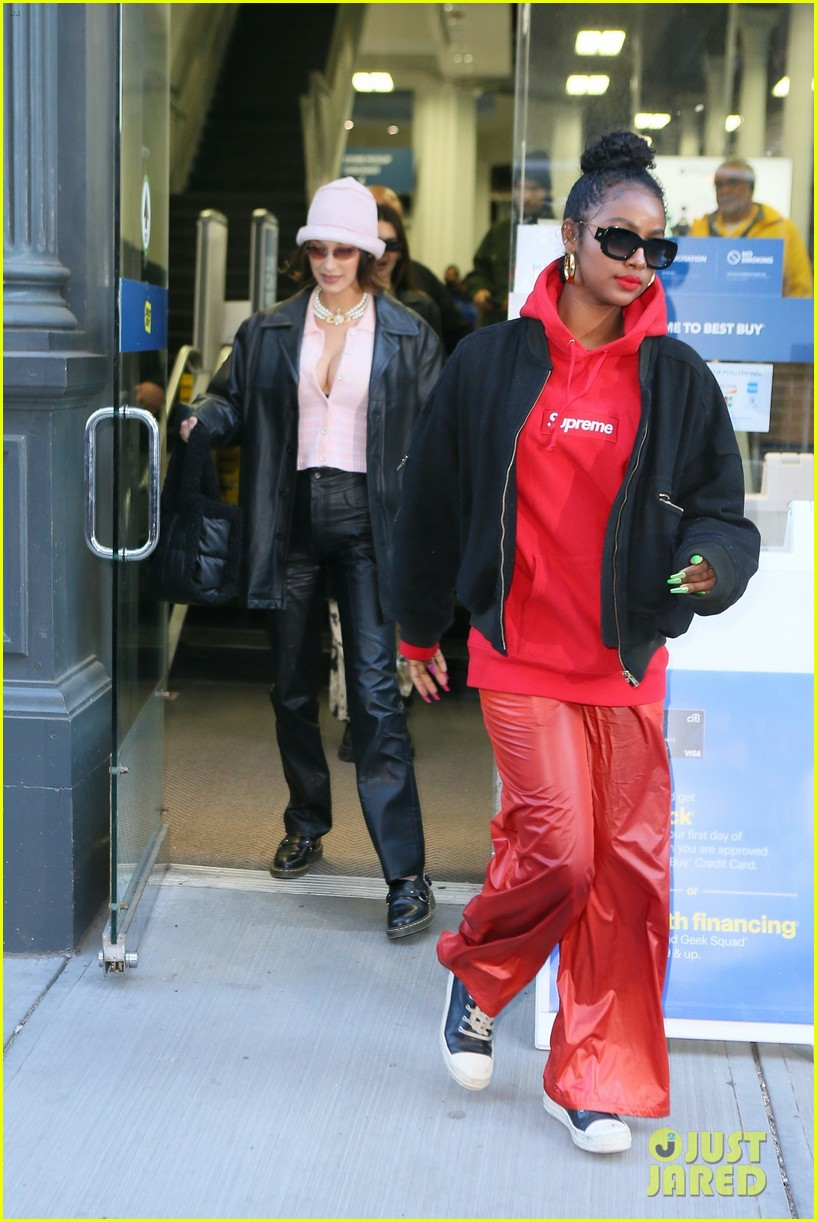 Kendall Jenner, Bella Hadid Justine Skye Have Galentine's Day Out Together | kendall jenner bella hadid laugh lunch justine skye 04 - Photo